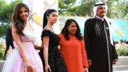 La réalisatrice Haifaa Al-Mansour avec les actrices Dhay, et Mila Al Zahrani, et l'acteur Khalid Abdulrhim, sur le tapis rouge
