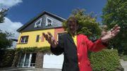 Une maison peinte en noir, jaune, rouge!