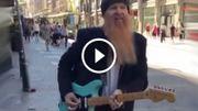 [Zapping 21] Billy Gibbons de ZZ TOP joue dans la rue et personne ne le reconnait
