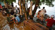 A Bangkok, un restaurant surfe sur les inondations