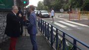 M. Detière en conversation avec Benoît Godart, porte-parole de l'IBSR, devant l'école Notre-Dame de Loverval