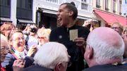 Stromae, hilare, chante pour le Manneken-Pis qui porte du Mosaert