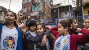 Maria José Figueroa, coach et animatrice d'éducation populaire de « La Nuestra », entoure un groupe de jeunes footballeuses. « Quand tu te rends compte que le foot n'est pas seulement pour les hommes et que tu peux faire ce que tu veux, tu te sens invincible, il y a un horizon politique à créer», souligne-t-elle.