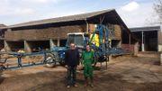 """Jean et Martin Nandrain, agriculteurs à Fernelmont : """"c'est le bon sens de ne pas pulvériser quand le vent souffle et pourrait faire dériver les produits dans le voisinage."""""""