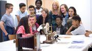 Laurence Bragard fait visiter la Maison de l'Histoire européenne à des élèves et leur explique des événements et courants historiques qui traversent l'Europe.