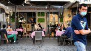 Calme retour à table dans des restaurants et des cafés d'Europe