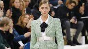 Haute Couture : tweed, plumes et jeux de miroirs au défilé Chanel