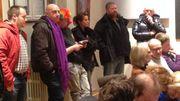 Des militants sont présents à l'intérieur de la salle du conseil