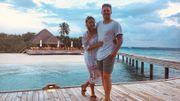 Lors de la première nuit de leur lune de miel, ivre ce couple décide d'acheter l'hôtel où il réside...