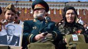 Un vétéran russe attend la parade militaire sur la place Rouge de Moscou le 9 mai 2015.