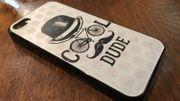 """Le dos de l'iPhone de Guillaume, avec une coque achetée lors d'un voyage à Madrid. """"Ma coque précédente était transparente et on voyait toutes les crasses dedans. Quand je mettais un billet ou un ticket de train dedans, ça se voyait à mort."""""""