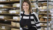 Rebecca se forme au métier aux côtés de Pierre Rollet-Gérard, fromager depuis 15 ans