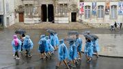 Les rencontres d'Arles, les festivaliers sous la pluie, par amour pour la photographie