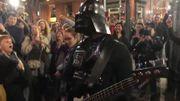 [Zapping 21] Des milliers de fans de U2 chantent avec Dark Vador