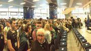 Les élèves attendent la venue du Roi Philippe à la Gare du Midi. Leur train, lui, partira vers 15h00.