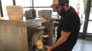 En cette période, 2000 litres de lait cru sont transformés en glace chaque semaine.
