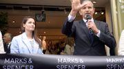 Marie Gillain à l'inauguration du Marks and Spencer en compagnie de l'ancien patron du groupe.