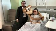 """Emmanuel Thars et son singe Coco rendent visite à Clothilde, 14 ans, pour qu'elle puisse profiter un peu de la magie de """"Namur en mai"""""""