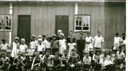 Une classe devant l'école en bois de Monte Alegre, fondée par les Belges. C'est ici que les enfants ont commencé à apprendre le portugais. Photo prise en 1962.