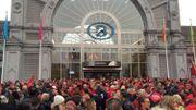 Les manifestants carolos rassemblés ce matin devant la gare de Charleroi-Sud.