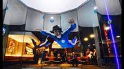L'indoor skydiving : ce grand tunnel équipé d'une soufflerie pouvant atteindre les 300 km/h permet de ressentir les sensations d'une chute libre sans avoir besoin d'un avion.