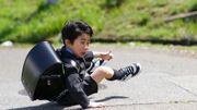 Déstabilisé par le contrepoids de son cartable, cet étudiant réalise une roulade en pleine rue