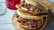Recette : boulettes de veau dans leur pain pita, salade de tomates et concombre