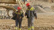 Découverte d'une activité économique importante pour la région : une carrière dont on extrait les pierres qui serviront essentiellement à la fabrication du ciment.