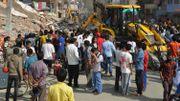À Katmandou, des secouristes et des badauds cherchent des survivants après qu'une maison se soit effondrée, le 12 mai 2015.