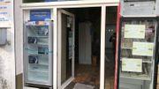 Le frigo (à gauche) est accessible depuis la rue, toute personne dans le besoin peut venir se servir en toute discrétion