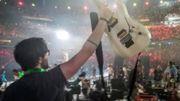 """[Zapping 21] Une version épique de """"We Will Rock You"""" par les 1000 musiciens de Rockin'1000 au Stade de France"""