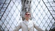 "L'artiste Wim Delvoye plante un ""Suppo"" dans la pyramide du Louvre"