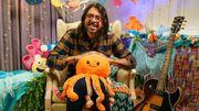 """VIDEOS: Dave Grohl lit """"Octopus's Garden"""" de Ringo Starr aux enfants et rejoue """"Smells Like Teen Spirit"""" de Nirvana"""