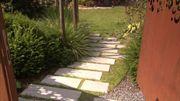 Le sentier engazonné conduit au jardin