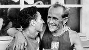 Alain Mimoum félicite Emil Zatopek après sa victoire lors du 5000 m aux JO d'Helsinki