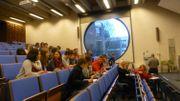 Guy Lemaire dans un auditoire pour un petit cours interactif