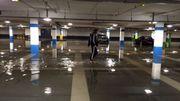 De l'eau dans le parking du shopping de Woluwé.