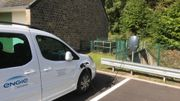 Trois double bornes de rechargement sont implantées au pied de la digue, à côté du principal parking du village de Coo