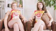 Nues en mangeant des chips, Camille et Allison commentent la première saison de vidéos de Glamouze