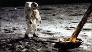 Les étoiles ne sont pas visibles sur cette prise par Neil Armstrong avec un appareil photo surface lunaire 70mm