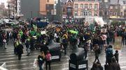 Des manifestants sont rassemblés devant la gare des Guillemins à Liège avant leur déplacement à Bruxelles