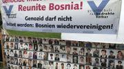 Une banderole montrant des portraits de victimes, à La Haye.