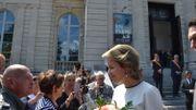 La reine Mathilde a salué la quarantaine de personnes qui l'attendait devant le musée.