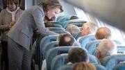 La Reine Mathilde s'entretient avec des passagers lors du vol vers l'Inde.