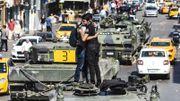 Les militaires rebellent se rendent. Pendant ce temps, les policiers et les manifestants célèbrent l'échec de la tentative de coup d'Etat.
