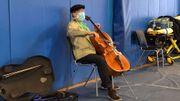 Le violoncelliste Yo-Yo Ma, vacciné contre le coronavirus, improvise un concert dans le centre de vaccination
