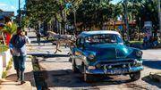 Sur les routes cubaines, les belles américaines croisent les nouvelles voitures, les ancêtres soviétiques et les calèches.