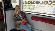 Caroline aime prendre le bus sur le temps de midi. C'est autre chose le matin...