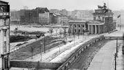 Cette photo de 1973 montre la Porte de Brandebourg, alors symbole de la division à Berlin