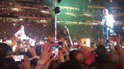 Porté par la foule dans sa chaise roulante, il improvise sur scène avec Chris Martin